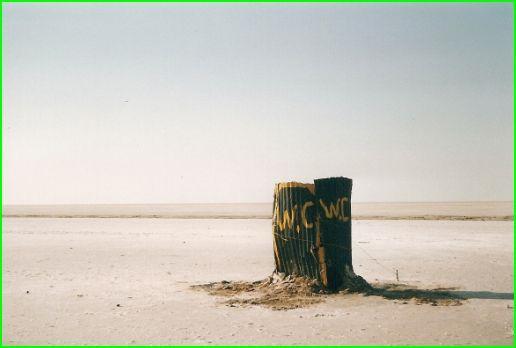 Toilettes dans le desert , frontière Lybienne